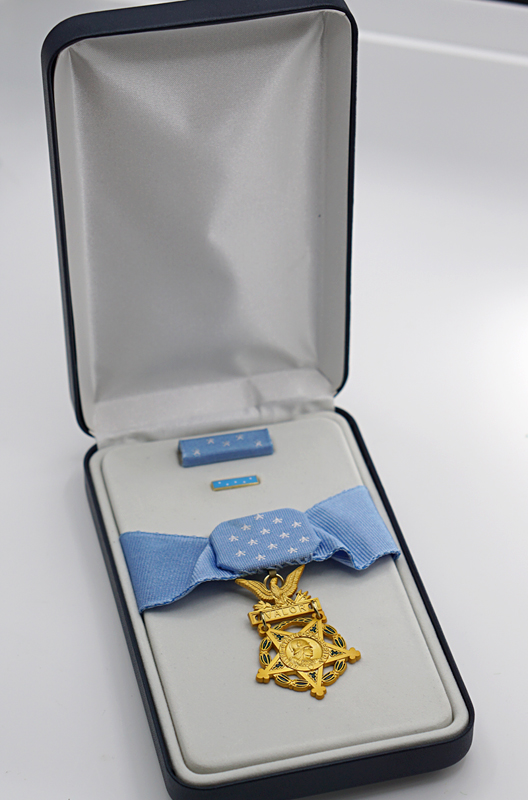 Reproduction US Medal of Honor with Case